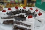 เค้กแบล็กฟอเรส ชิ้นละ 35 บาท / ก้อนละ 390 บาท